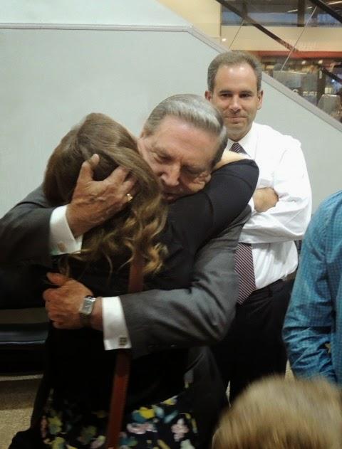 Elder Holland posteó fotos del regreso de su nieta de la misión